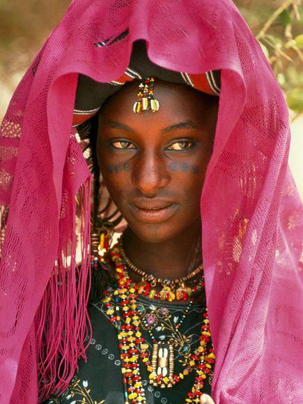 """Fotografía de Carol Beckwith y Angela Fisher, enlace a """"www.africanceremonies.com"""""""